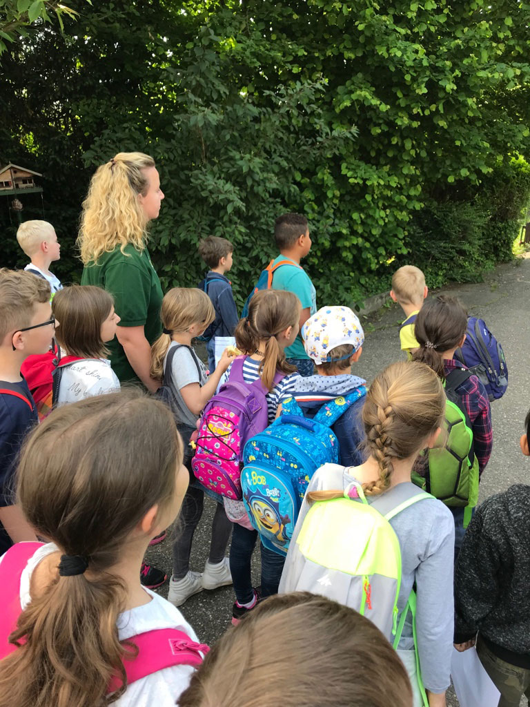 Kinder der Rheinschule zu Besuch im Vogelpark